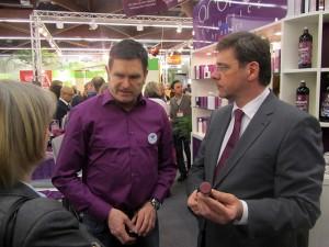 Aronia-Original-Chef Jörg Holzmüller im Gespräch mit Staatsminister Frank Kupfer.