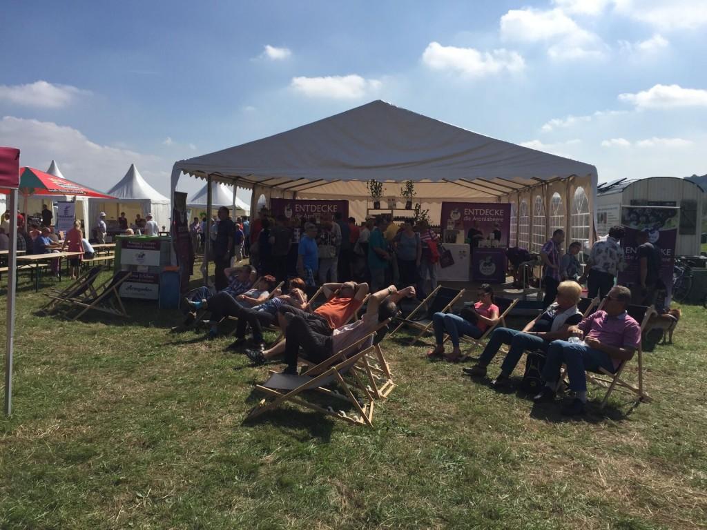 Die Besucher auf dem Aronia ORIGINAL Erleben Fest beim lauschen der Vorträge
