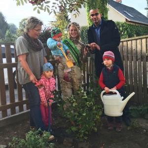 Die Blütenkönigin Kathleen I zusammen mit ihrer Tochter Luise und Aronia ORIGINAL Geschäftsführer Markus Kerres im Adelsberger Kinderhaus in Chemnutz