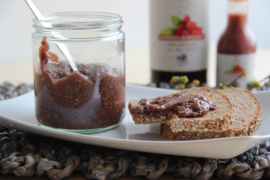 Kornelkirsch-Chia-Marmelade-mit-Saftflasche