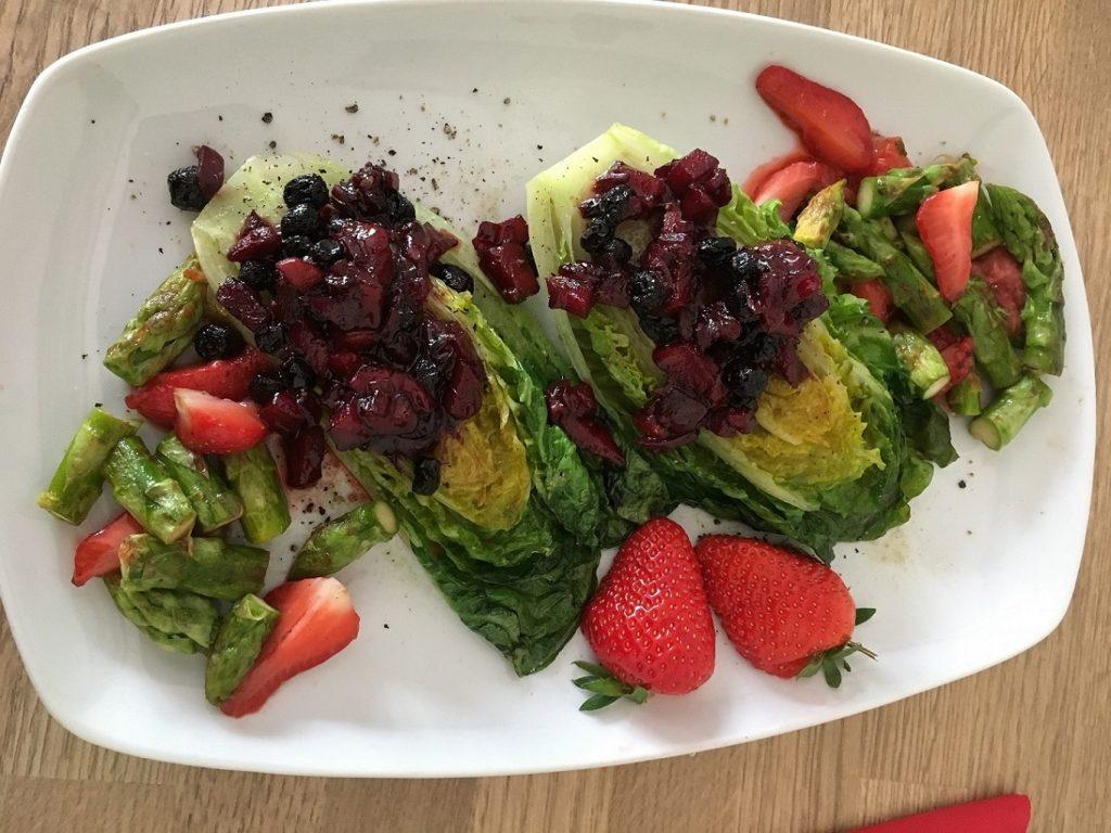 Gebratene Salatherzen mit Aronia-Erdbeer-Chutney und grünem Spargel