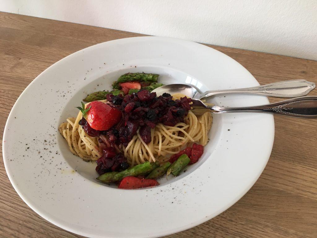 Dinkelspaghetti mit Aronia-Chutney, Erdbeeren und grünem Spargel