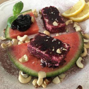 Mit Aroniapulver panierter und gebratener Feta auf Wassermelone mit Aroniakonfitüre